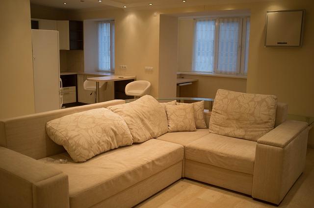 bílá pohovka, bílý pokoj