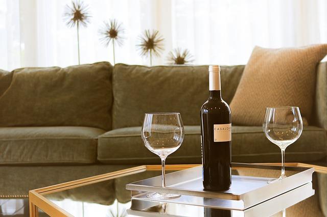 sedačka, víno, skleničky