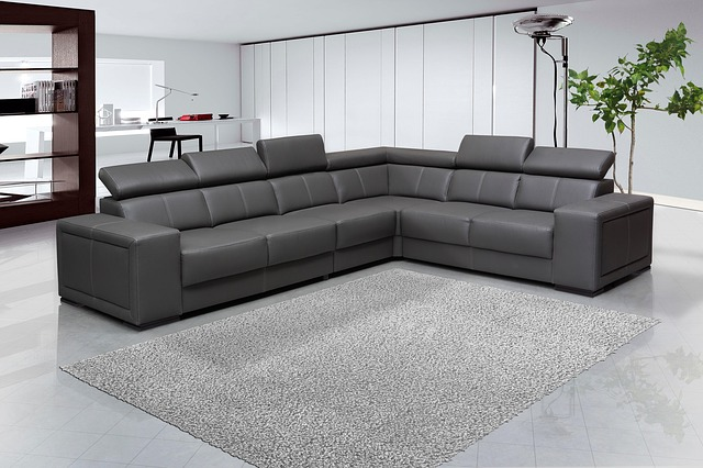 velká šedá pohovka, koberec