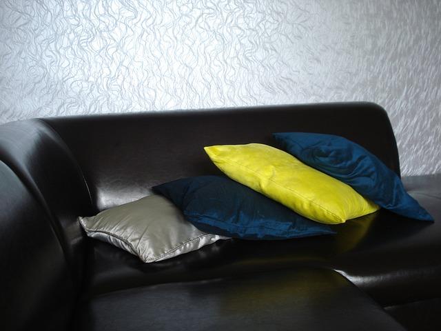černá pohovka, barevné polštáře