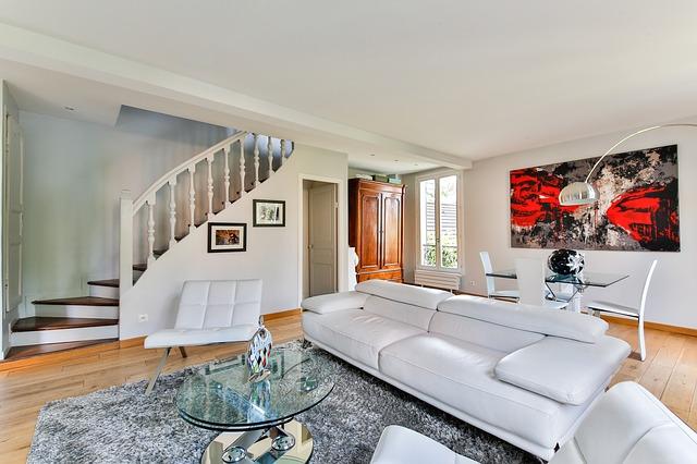 bílá pohovka, pokoj, schody