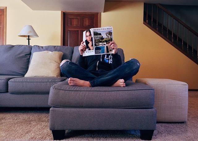 gauč, nohy, časopis