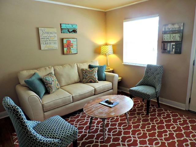 barevný pokoj, světlý gauč