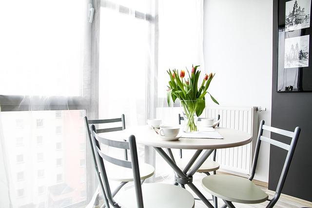 jídelní stůl, tulipány