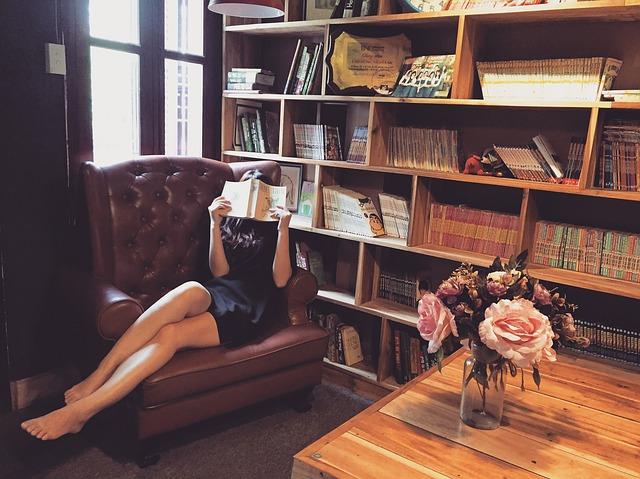 knihovna, křeslo, žena