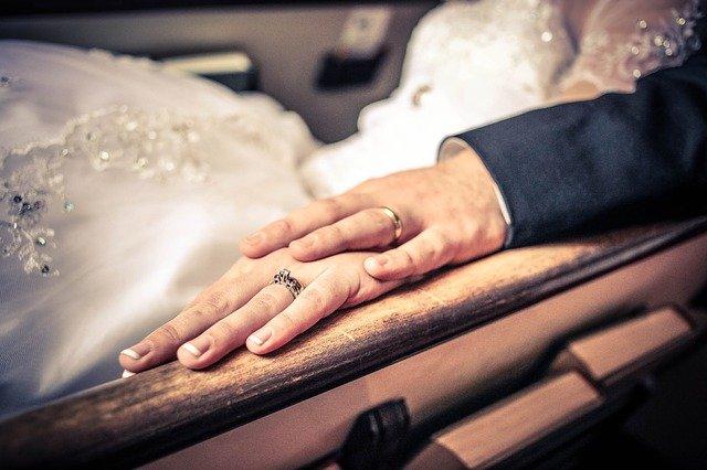 ruce, ženich, nevěsta, snubní prsteny