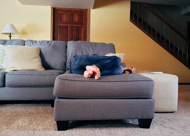 spaní na gauči