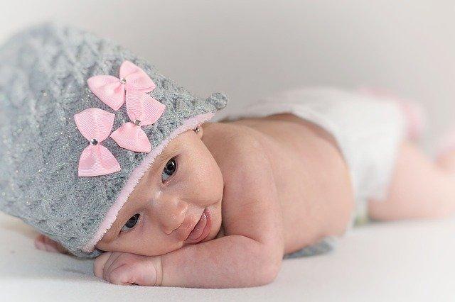 novorozenec s čepičkou