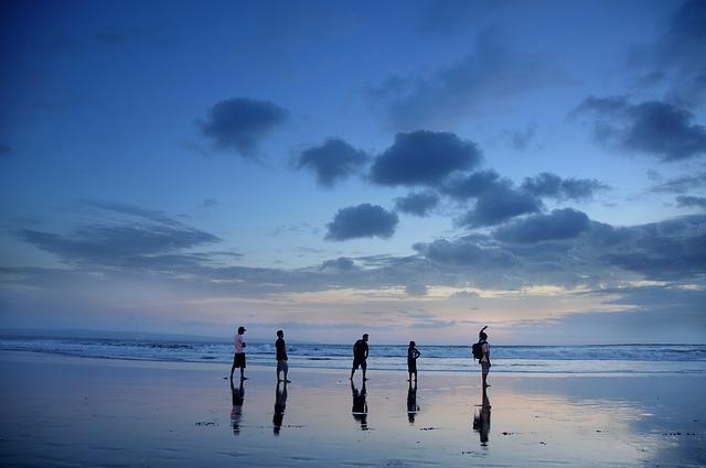 pět lidí na pláži.jpg