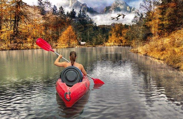 dívka v kajaku na řece