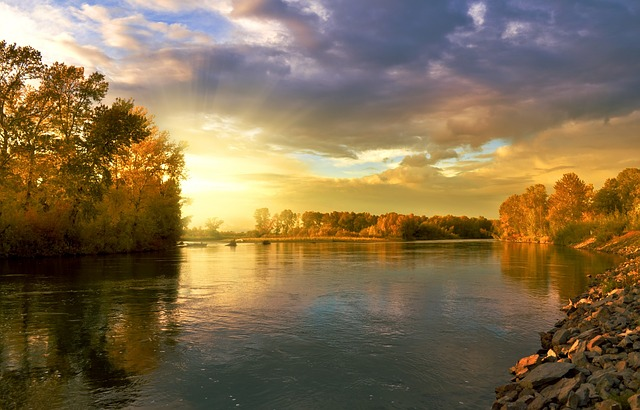 západ slunce za řekou